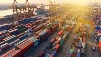 Containerhafen mit vielen bunten Containern