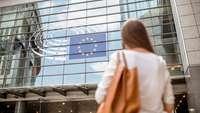 Frau vor EU-Parlament
