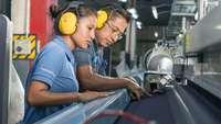 Eine Frau und ein Mann arbeiten am Fließband