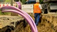 Bauarbeiter verlegt Glasfaseranschlüsse