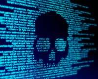 Cyber-Angriff: Zahlenkolonnen auf einem Bildschirm formen einen Totenkopf