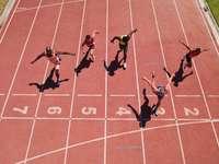 Fünf Läufer vor der Ziellinie