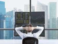 Finanzmakler vor großem Display in einer Finanzmetropole