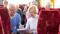 Senioren im Bus studieren Unterlagen
