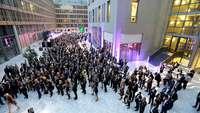 Blick ins festliche erleuchtete Atrium des Hauses der deutschen Wirtschaft in Berlin beim Parlamentarischen Abend 2018.