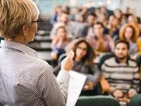 Vorlesung: Professorin spricht vor Studenten