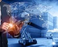 Außenhandel digital vernetzt: Container, LKW, Weltkarte und ein Mann mit Tablet