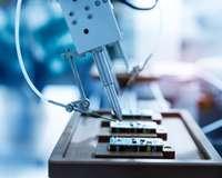 Hightech-Produktion, Innovation: Maschinelle Herstellung von Schaltelementen