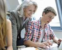 Professorin und Student am Computer
