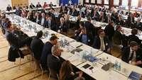 Raum mit vielen Geschäftsleuten an Tischen