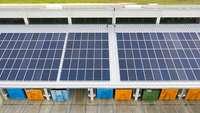 Solarzellen auf Gewerbehalle