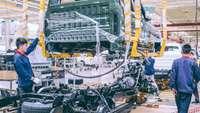 Chinesische Arbeiter montieren in einer Fabrik ein Auto