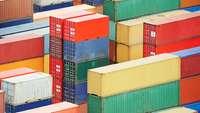 bunte Containerstapel