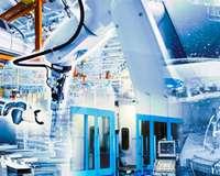 Bildmontage mit verschiedenen Elementen moderner Industrieproduktion: Roboterarme, Chips, etc.