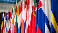 Reihe von EU-Flaggen in einem historischen Gebäude