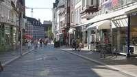 Fußgängerzone in Bergedorf mit Menschen