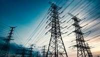 Mehrere Strommasten stehen in einer Reihe