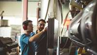 Fabrikarbeiter an Maschinensteuerung