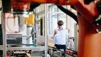 Symbolbild Industrie Ingenieur mit VR Brille