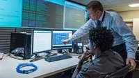 Kollegen im Kontrollraum für Cyber-Sicherheit