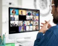 Mann am Laptop nimmt an Webinar teil