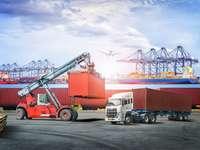 LKW, Frachtschiff und Flugzeug im Hafen