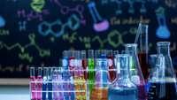 bunte Chemikalien in Glasbehältern