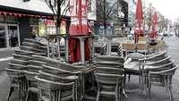 Lockdown-Gastro Außenfläche mit gestapelten Stühlen