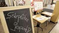 Lockdown: Gastro in Einkaufszentrum mit gesperrten Sitzplätzen