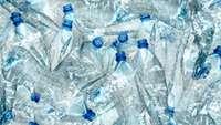 Haufen leerer Plastikflaschen