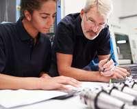 Erklärsituation am Arbeitsplatz mit junger Frau und älterem Mann