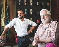 Ein jüngerer und ein älterer Mann in einem Ladenlokal