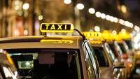 Taxis bei Nacht
