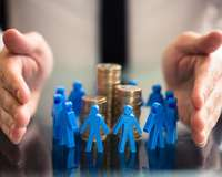 Investitionsschutz: Hände legen sich beschützend um einen Münzstapel und Menschenfiguren