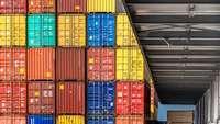 Stapel von Containern vor einer Laderampe