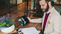 Unternehmer führt ein Online-Vorstellungsgespräch