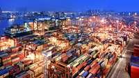 Container-Terminal Hongkong bei Nacht