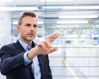 Geschäftsmann zeigt auf virtuellen Chartverlauf