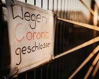 """Schild mit der Aufschrift """"Wegen Corona geschlossen"""""""
