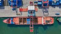 Luftaufnahme Entladen im Hafen
