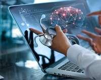 Hände eines Mediziners mit Stethoskop und Laptop