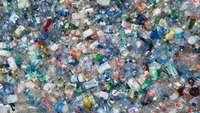 Leere Plastikflaschen von oben