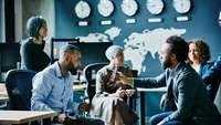 Internationale Geschäftsleute vor einer Weltkarte