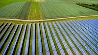 Solarfeld neben einem Acker