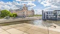 Blick auf den Berliner Reichstag, im Vordergrund die Spree