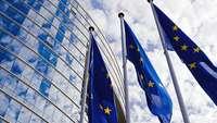 EU-Flaggen vor dem EU-Parlamentsgebäude