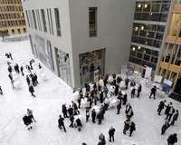 Blick von oben auf das mit Menschen belebte Atrium des DIHK-Gebäudes in Berlin