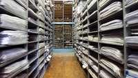 Blick in ein Archiv mit papiergefüllten Regalen