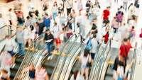 Menschen auf Rolltreppe