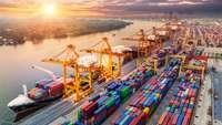 Containerhafen bei Sonnenaufgang